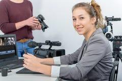 Un video redattore di due giovani donne che lavora con il computer portatile Immagine Stock