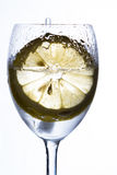 Un vidrio con agua, el hielo y el limón Fotos de archivo libres de regalías