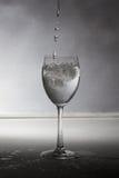 Un vidrio con agua y el hielo Foto de archivo