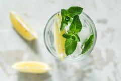 Un vidrio de agua con la menta y el limón fotografía de archivo