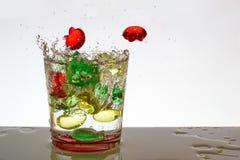 Un vidrio de agua con las burbujas y salpica Fotografía de archivo