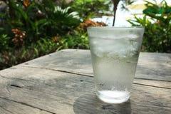 Un vidrio de agua, vidrio claro de A de la agua fría con Fotos de archivo
