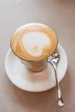 Un vidrio de café del arte del latte en cafetería Foto de archivo libre de regalías