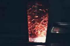 Un vidrio de cerveza brillante imagen de archivo