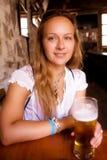 Un vidrio de cerveza en el pub de Montenegro Imagenes de archivo