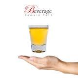 Un vidrio de cerveza sobre la mano humana Fotos de archivo