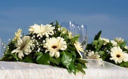 Un vidrio de Champán contra las flores blancas Fotografía de archivo libre de regalías