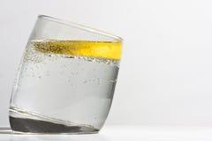 Un vidrio de G&T con el limón Fotografía de archivo libre de regalías