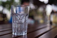 Un vidrio de hielo con descenso del agua condensa alrededor de él Fotografía de archivo libre de regalías