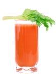 Un vidrio de jugo de zanahoria fresco con apio se va Imagen de archivo