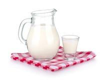 Un vidrio de la leche y de un jarro de leche Imágenes de archivo libres de regalías