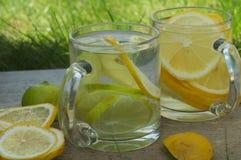 Un vidrio de limonada en la tabla de madera fotos de archivo libres de regalías