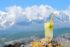 Un vidrio de limonada fría con el limón y la menta en el fondo o Foto de archivo libre de regalías
