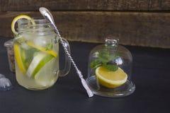 Un vidrio de limonada hecha en casa en un fondo oscuro Imagen de archivo