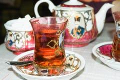 Un vidrio de té fresco y caliente en el estilo árabe. fotos de archivo