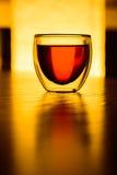 Un vidrio de té o una bebida en la tabla Imagen de archivo libre de regalías