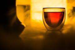 Un vidrio de té o una bebida en la tabla Imagen de archivo