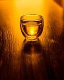 Un vidrio de té o una bebida en la tabla Fotos de archivo