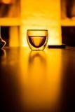 Un vidrio de té o una bebida en la tabla Imágenes de archivo libres de regalías