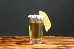 Un vidrio de tequila con la cal y la sal imagenes de archivo
