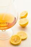 Un vidrio de vino con el limón Imagenes de archivo