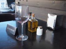 Un vidrio de vino, de aceite de oliva y de sal Fotografía de archivo libre de regalías