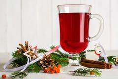 Un vidrio de vino reflexionado sobre candente en un fondo ligero Tarjeta de felicitación de la Navidad y del Año Nuevo Imágenes de archivo libres de regalías