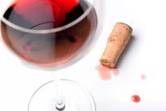 Un vidrio de vino rojo con el corcho Imagenes de archivo