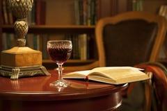 Un vidrio de vino rojo, libros Imagen de archivo