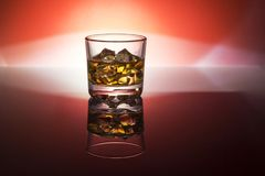 Un vidrio de whisky, vodka, ron con hielo Imágenes de archivo libres de regalías