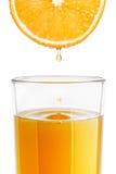 Un vidrio de zumo de naranja recientemente exprimido Fotos de archivo libres de regalías