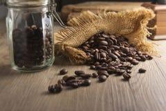 Un vidrio del grano de café con el bolso Imagenes de archivo