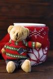 Un vidrio del té y del oso de peluche Fotos de archivo libres de regalías