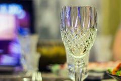 Un vidrio en una tabla festiva Fotos de archivo libres de regalías