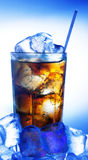 Un vidrio fresco de cola con hielo Fotos de archivo libres de regalías