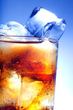 Un vidrio fresco de cola con hielo Foto de archivo