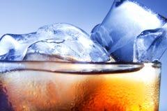 Un vidrio fresco de cola con hielo Imagenes de archivo