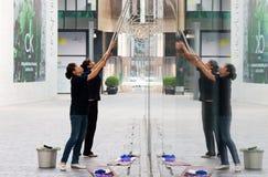 Un vidrio más limpio de la limpieza de edificios Imagen de archivo libre de regalías