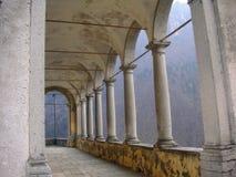 Un vieil arcede d'un monastère Image libre de droits
