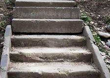 Un vieil escalier en pierre extérieur ouvert images libres de droits