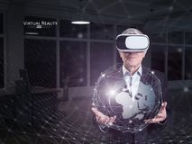 Un vieil homme à l'aide d'un casque de réalité virtuelle photographie stock libre de droits