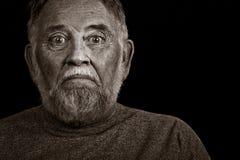 Un vieil homme avec un regard inquiété Images stock