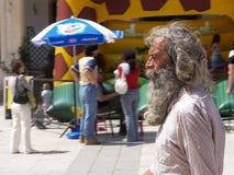 Un vieil homme barbu aux cheveux longs gris images stock