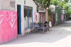 Un vieil homme dort dans une rue maldivienne colorée photo libre de droits