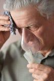 Un vieil homme faisant l'inhalation Photo stock