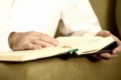 Un vieil homme remet lire Coran Foyer sélectif photo libre de droits