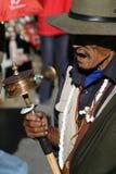 Un vieil homme sur un pélerinage vers Lhasa Thibet Images libres de droits