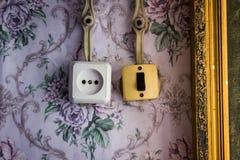 Un vieil interrupteur de lampe et une prise de puissance Image libre de droits