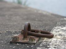 Un viejo anillo oxidado del amarre imagen de archivo libre de regalías