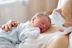 Un viejo bebé recién nacido del día con la madre Foto de archivo libre de regalías